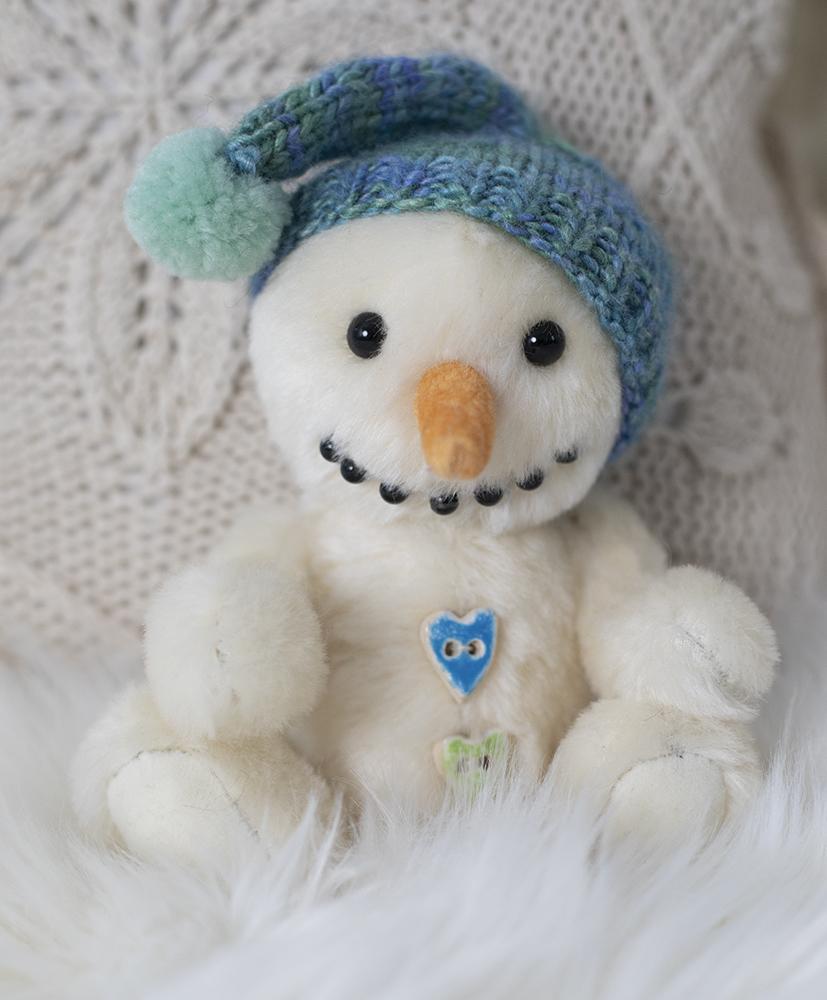 Liebvoll handgemachter Plüschschneemann Frosti