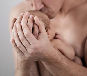 Baby in Männerhänden