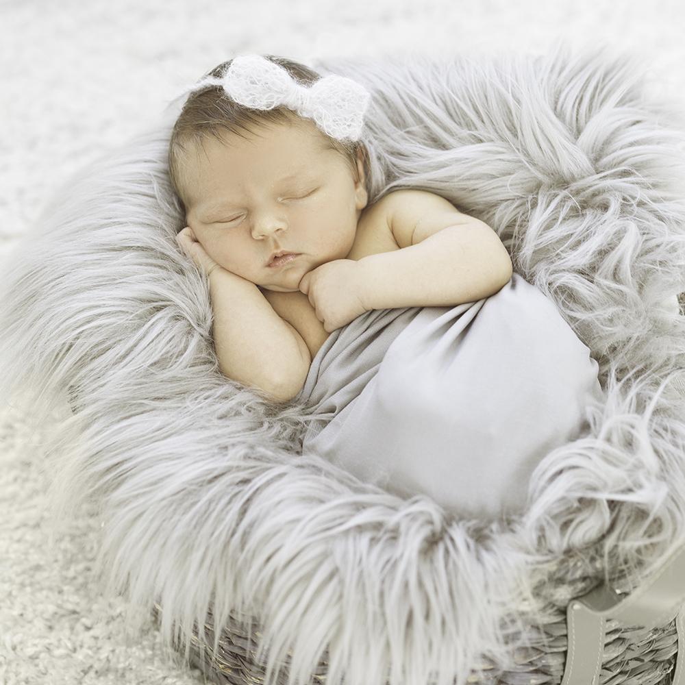 Neugeborenes Mädchen im Studio So kleine Hände Kathleen Pfennig